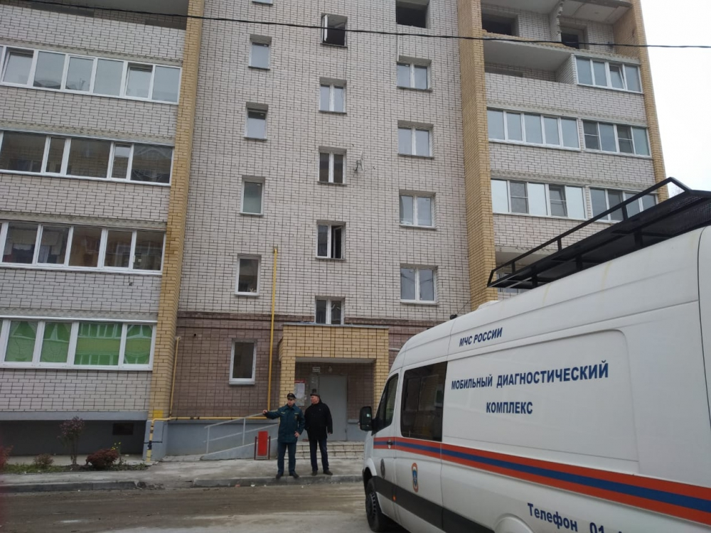 Специалисты МЧС России проверяют пострадавший дом в Смоленской области мобильным комплексом «Струна»