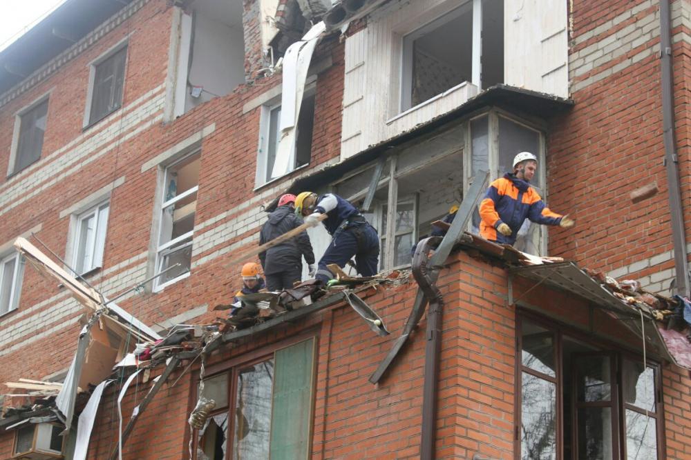 Сотрудники МЧС России обследуют пострадавший жилой дом в Краснодаре диагностическим комплексом «Стрела-П»