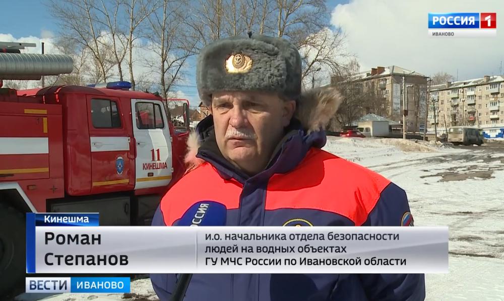 Показательные учения спасателей по оказанию помощи терпящим бедствие на льду.