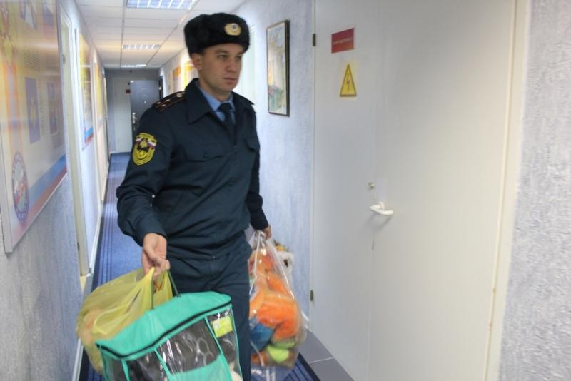 Сотрудники МЧС России по Костромской области подарили игрушки нуждающимся детям