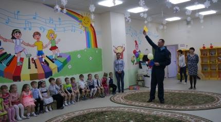 Инспекторы МЧС России вместе с казаками-пожарными Подмосковья провели утренник для дошколят в честь 23 февраля