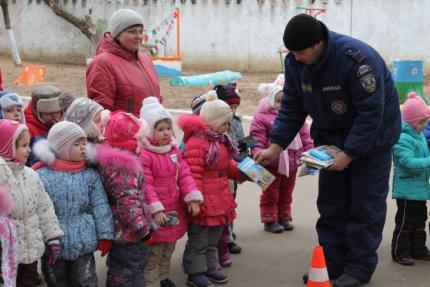 Подмосковным школьникам рассказали о работе сотрудников МЧС России