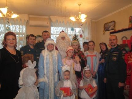 Сотрудники МЧС России поздравили с наступающим Новым годом воспитанников социального приюта в Подмосковье