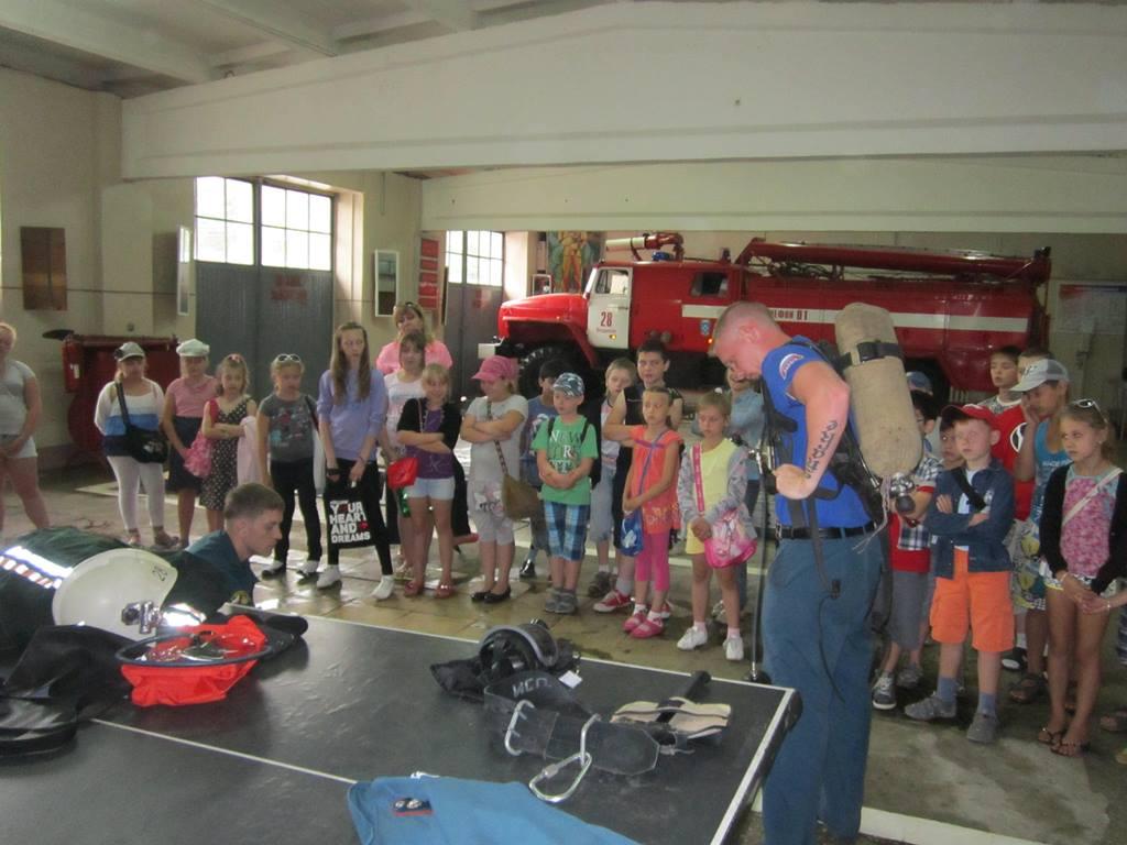 Сотрудники МЧС Ленинского района знакомят детей с правилами пожарной безопасности