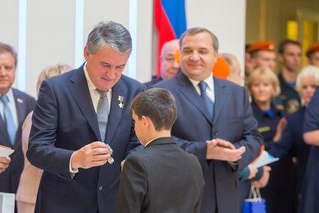 """Юный житель Подмосковья получил медаль """"За мужество в спасении"""""""