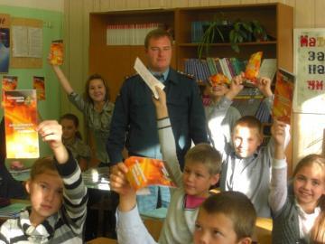 В Лотошинской школе пожарные Подмосковья провели урок безопасности