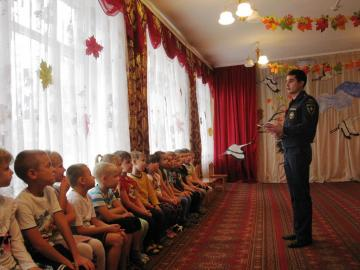 Инспектор пожарного надзора рассказал дошколятам Подольска о правилах пожарной безопасности