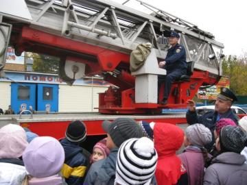 Пожарные и спасатели Подмосковья провели обучающую экскурсию для учащихся гимназии №17 города Королева