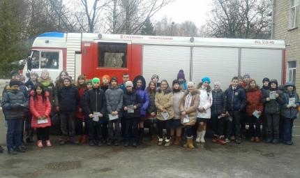 Подмосковные школьники побывали в гостях у огнеборцев
