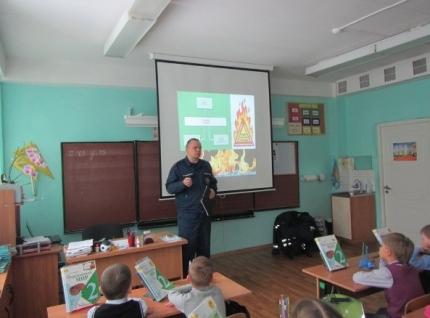 Учащиеся средней школы в Мытищах узнали о пожарных от пожарных