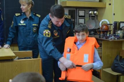В Подмосковье сотрудники ГИМС проводят методические занятия со школьниками и студентами