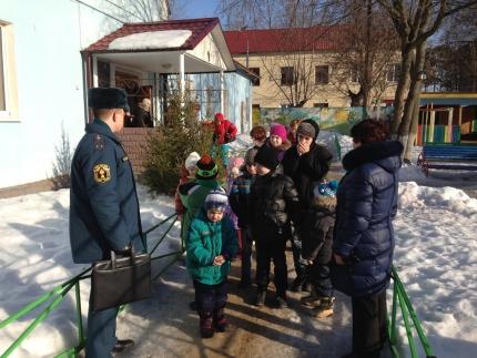 Спички детям не игрушка! Сотрудники МЧС рассказали малышам специального центра «Родник» о правилах пожарной безопасности