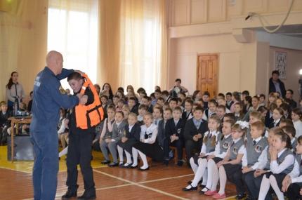 Подмосковным школьникам рассказали о безопасном поведении на зимних водоемах