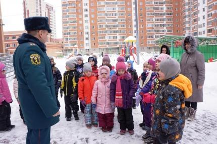 В Подмосковье сотрудники МЧС России провели тренировочную эвакуацию в детском саду