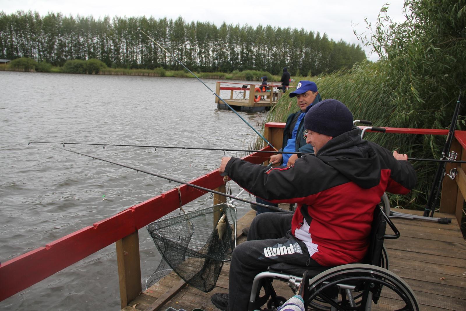 Орловские работники МЧС принимают участи в соревнованиях по спортивной рыбалке среди людей с ограниченными возможностями