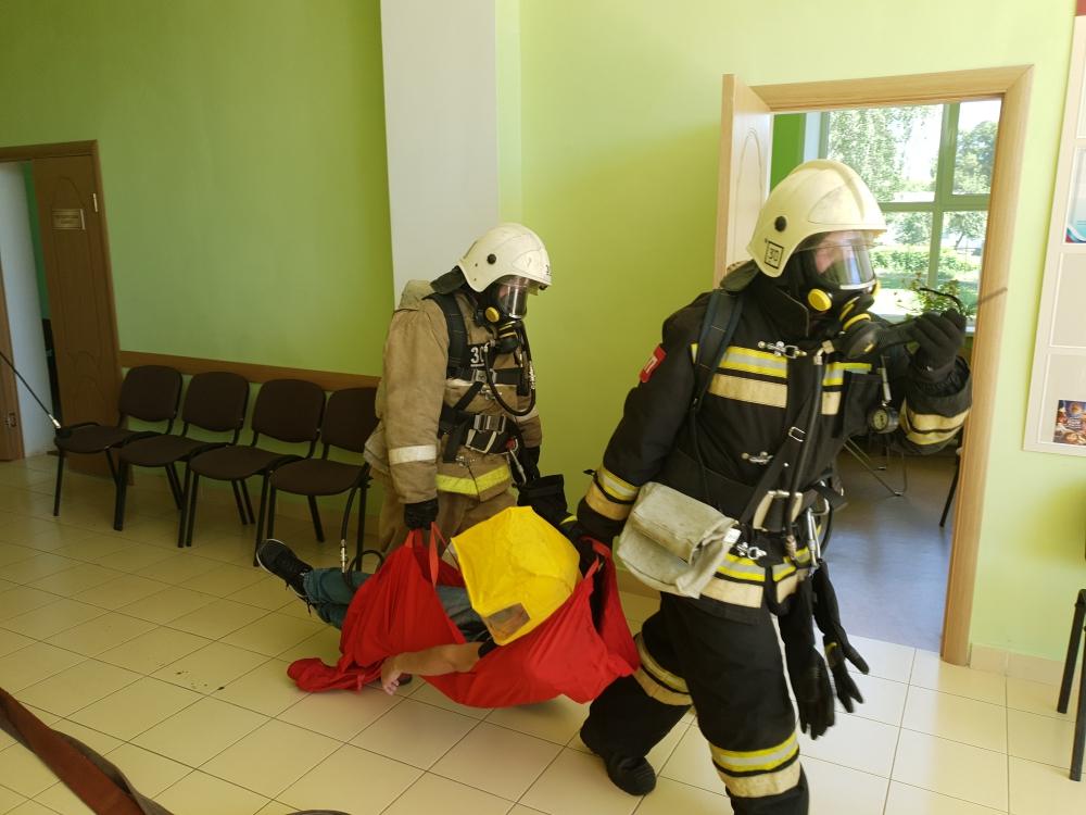 Покровские огнеборцы отработали навыки тушения пожара в Доме культуры