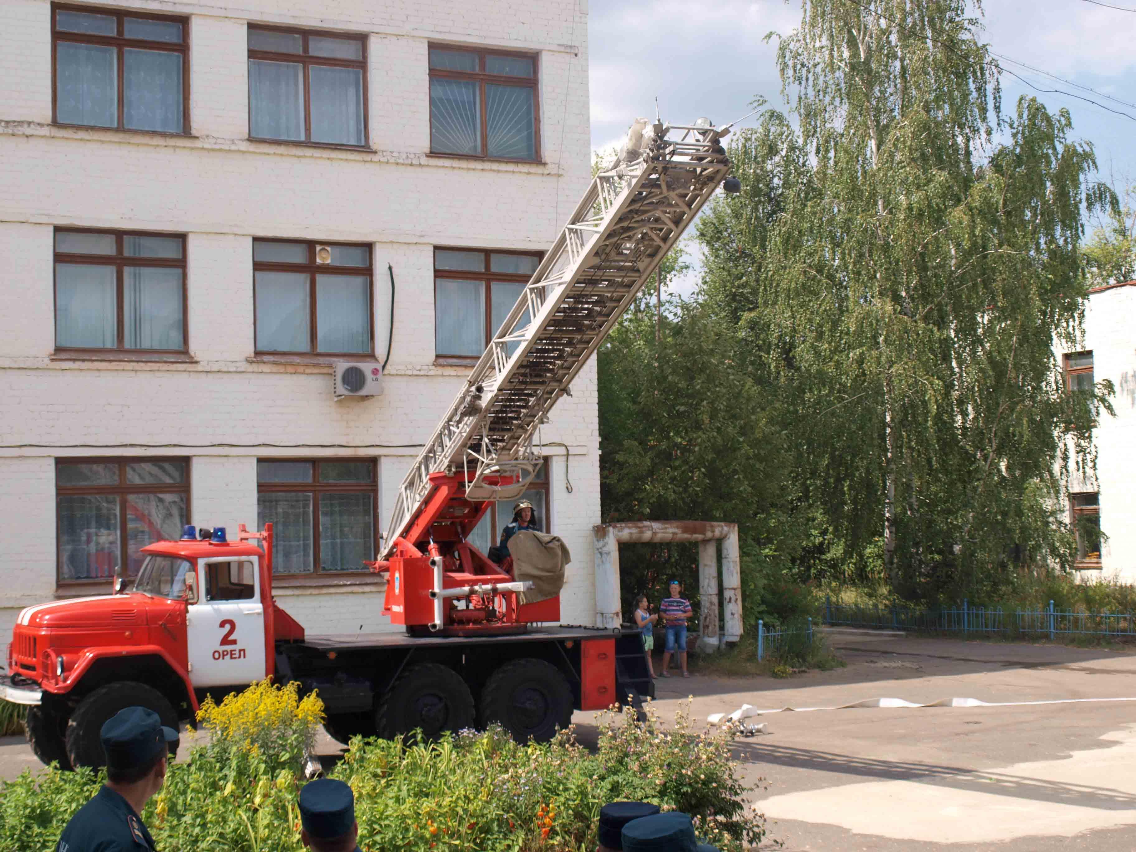 Огнеборцы отработали навыки тушения пожаров в учебных заведениях