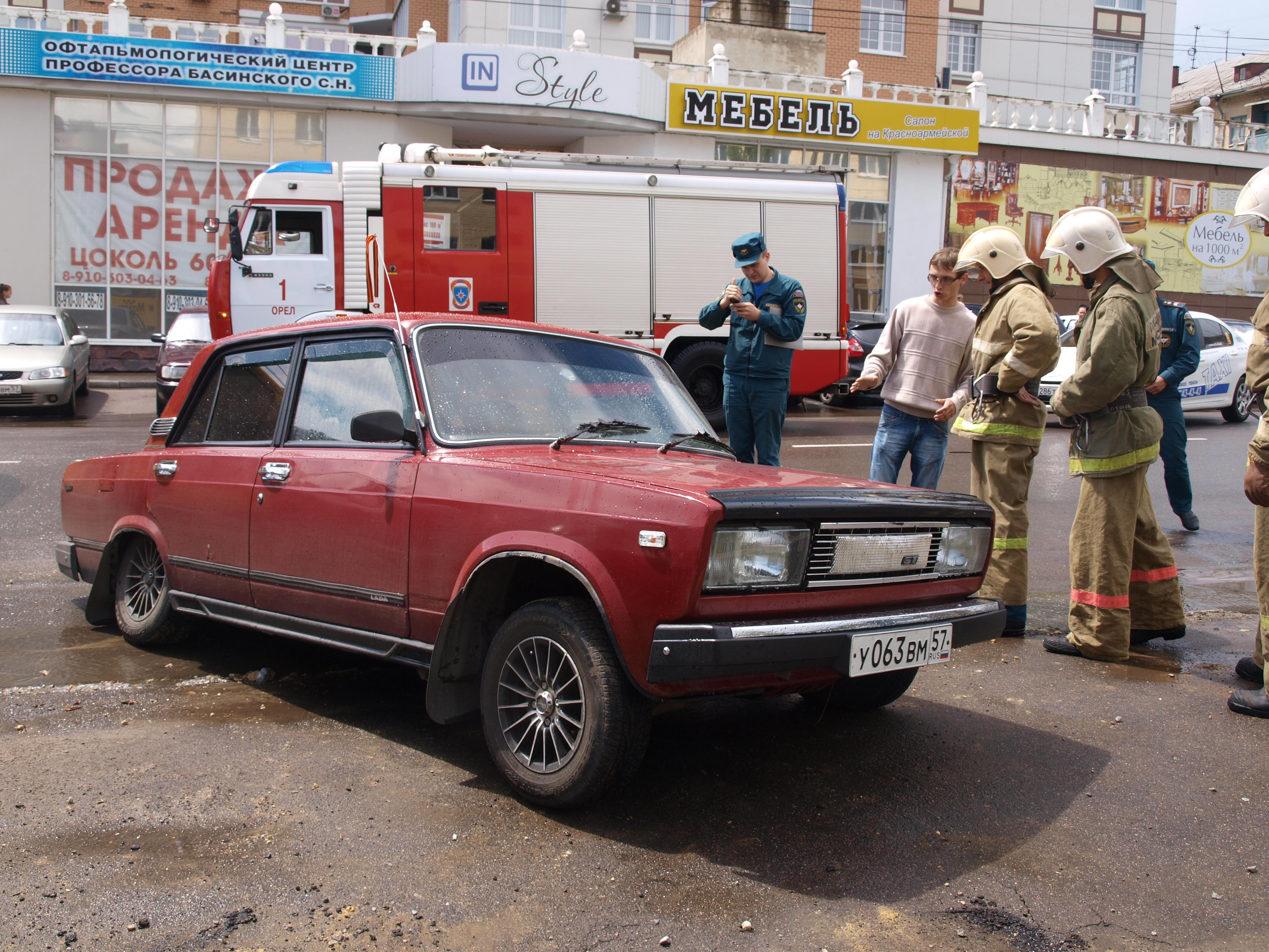 Орловские спасатели вытащили провалившийся автомобиль
