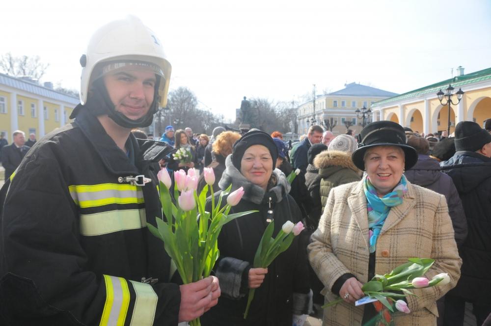 Огнеборцы поздравили женщин с 8 марта