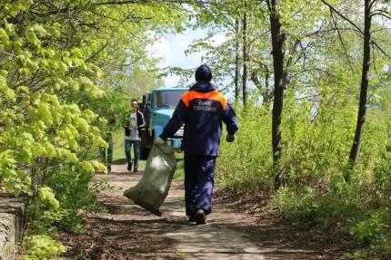 12 мая в рамках Года экологии в России сотрудники МЧС России продолжают акцию «Чистый берег»