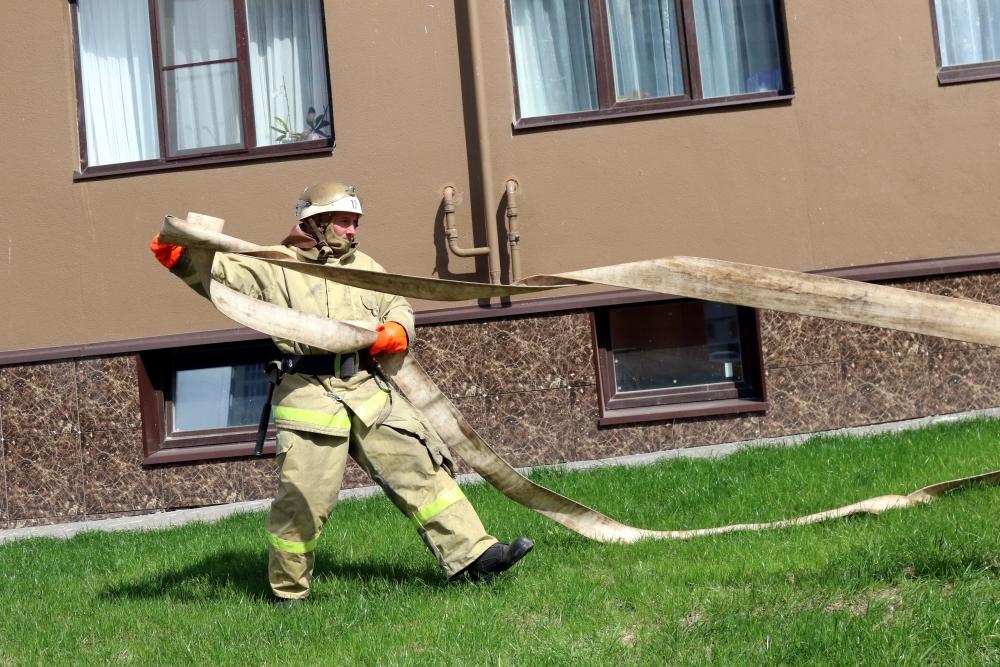 Рязанским журналистам продемонстрировали способы тушения и спасения людей со здания повышенной этажности.