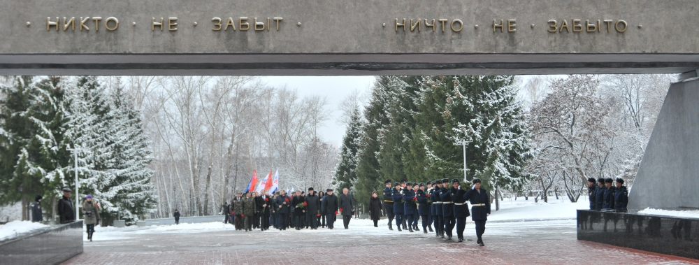 Возложение цветов на мемориале в день неизвестного солдата