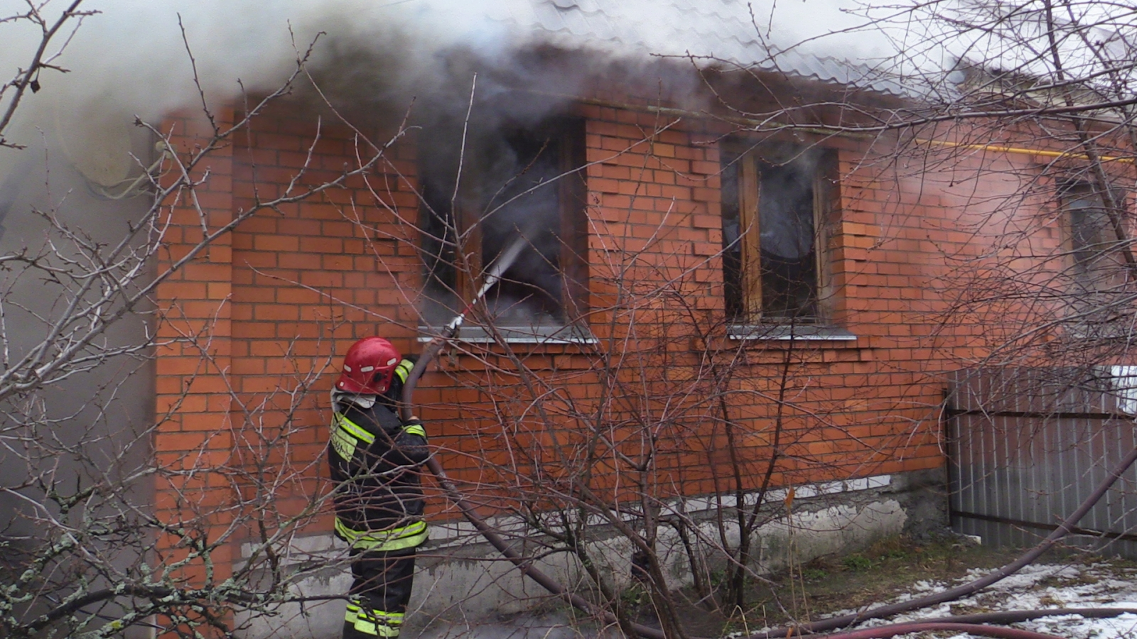 Тушение пожара в поселке Солотча города Рязани