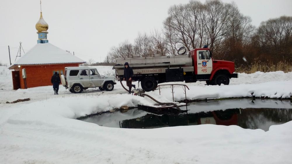 Второй год подряд в Рязанской области пожарные помогают привозить воду для Крещения