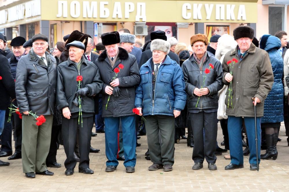 Возложение цветов к мемориалу на площади Победы