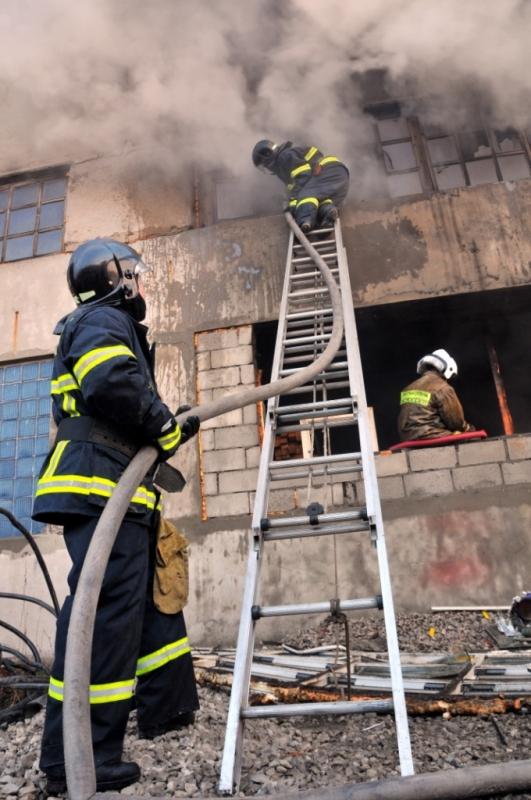 Тушение пожара в производственном здании на улице Куйбышевское шоссе города Рязани