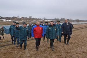 Глава МЧС России Владимир Пучков на вертолете Ми-8 совершил облет территорий Центрального федерального округа для мониторинга паводковой и пожароопасной обстановки. Одним из пунктов назначения стала Рязанская область.