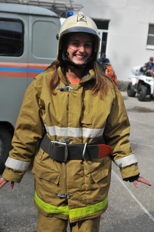 Мальчишки и девчoнки из лагеря «Пламенный» мечтают о профессии пожарных
