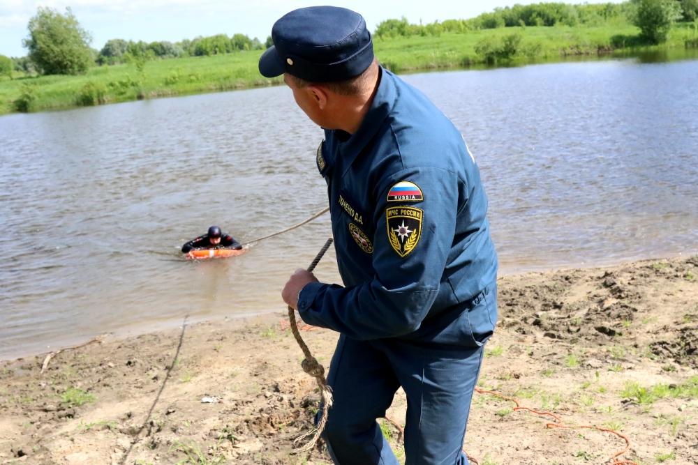 Рязанским журналистам показали, как правильно спасать тонущего человека