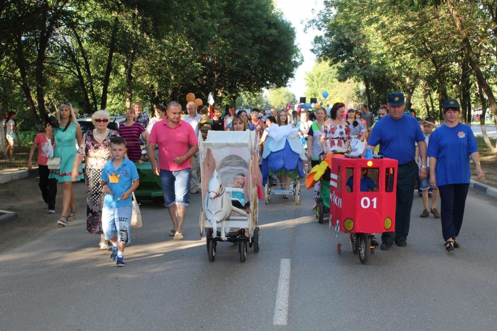 Картонная пожарная машина украсила «Парад колясок» в Сасово