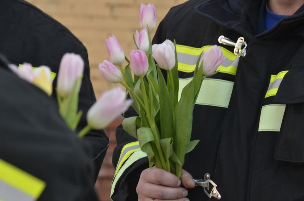 В преддверии Международного женского дня рязанские огнеборцы поздравили женщин.