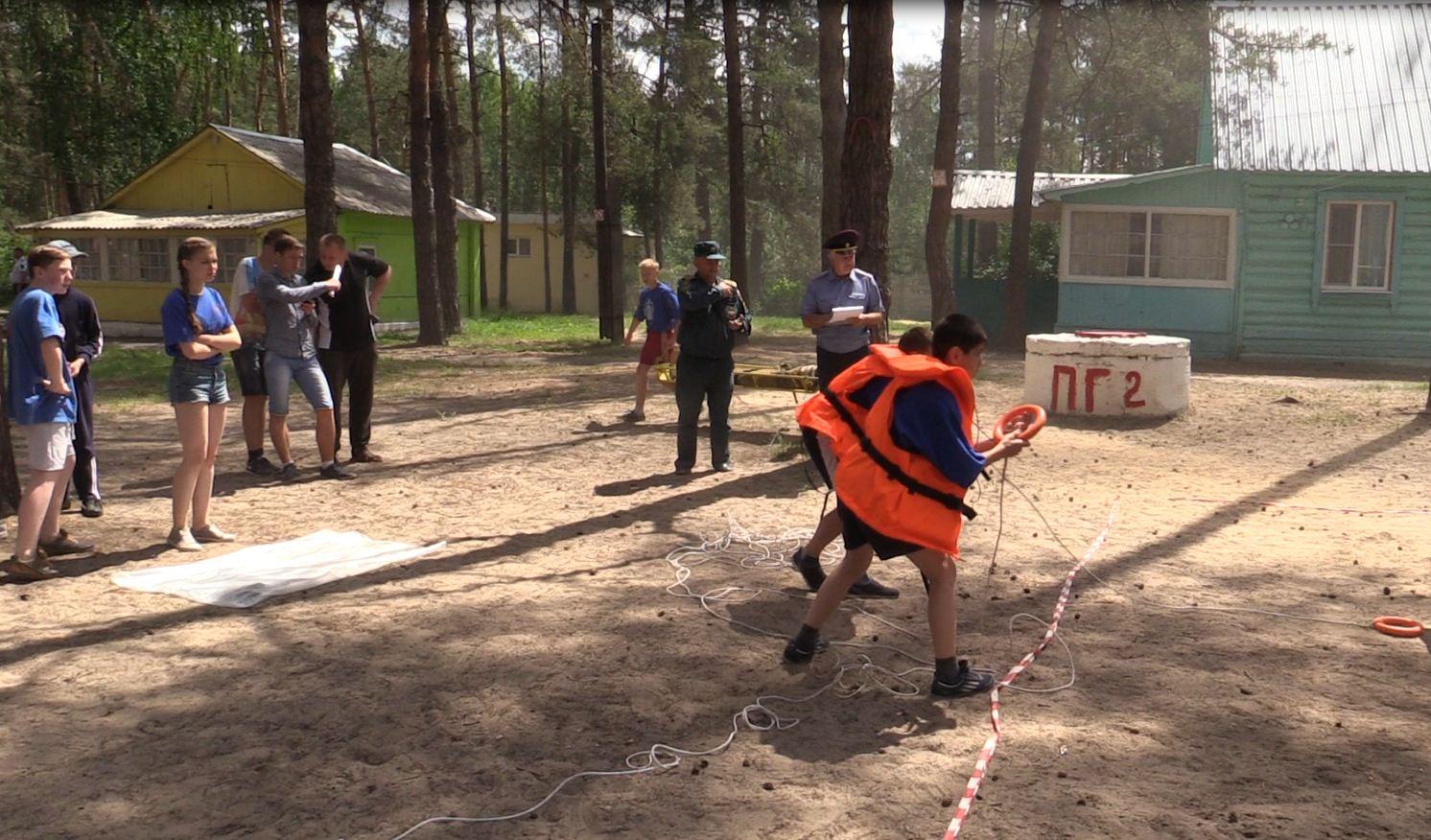 Обучающее занятие и пожарная эстафета в детском оздоровительно-образовательном центре «Сказка»