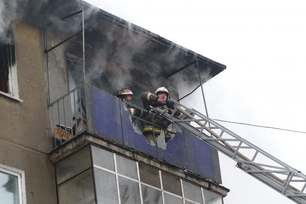 Тушение пожара в квартире в городе Рязвни