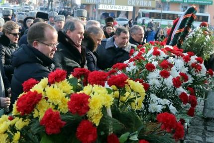Начальник регионального МЧС генерал-майор внутренней службы Сергей Филиппов принял участие в церемониях возложения цветов к мемориалу на площади Победы и к памятнику воинам, погибшим в локальных войнах и вооруженных конфликтах