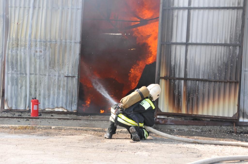 Тушение пожара на меельном складе в городе Рязани