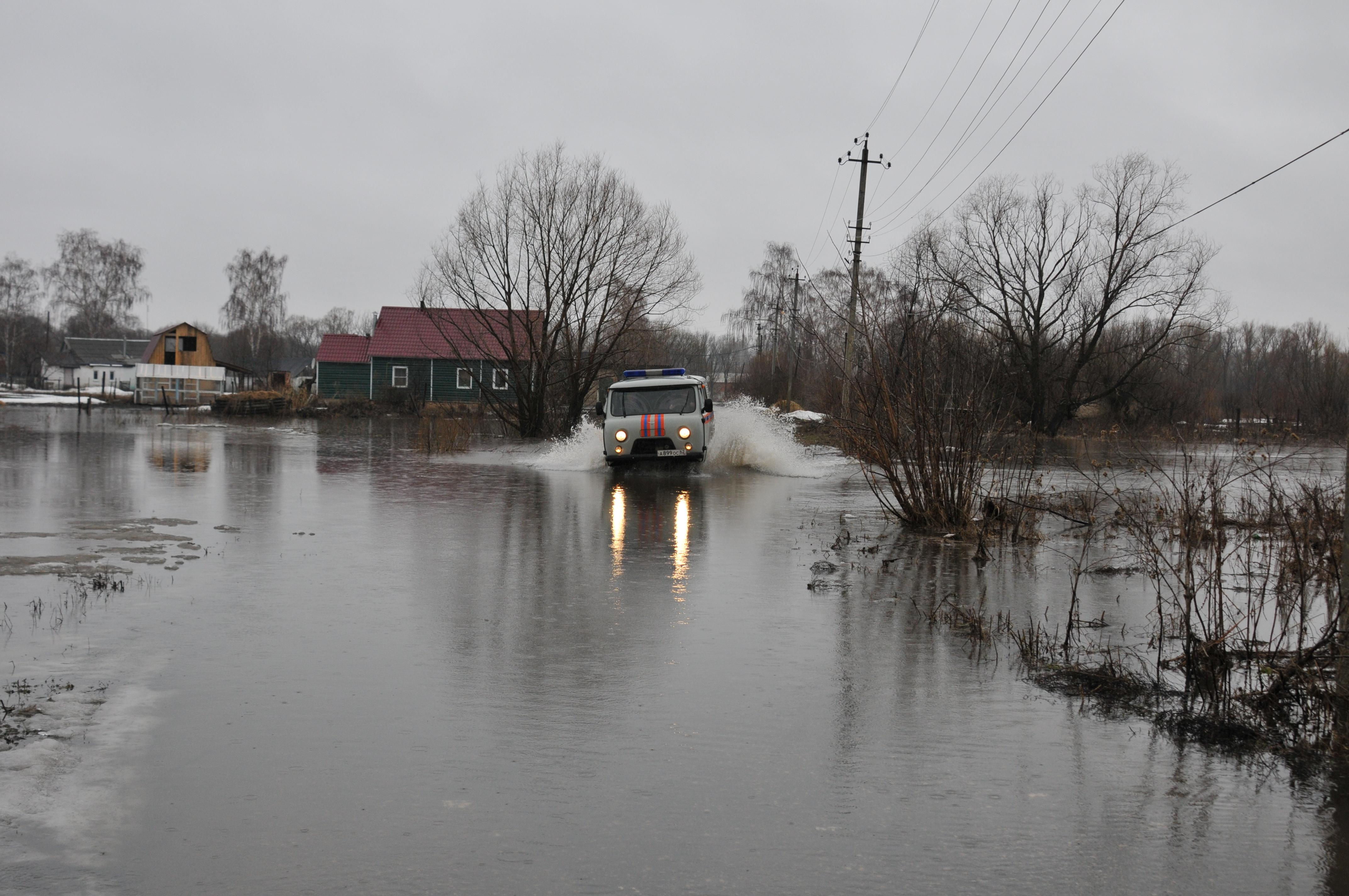 Работа по ликвидации последствий подтопления в рабочем поселке Ряжск Рязанской области