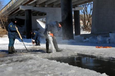 Чернение и распиловка льда в на реке Хупта в городе Ряжск