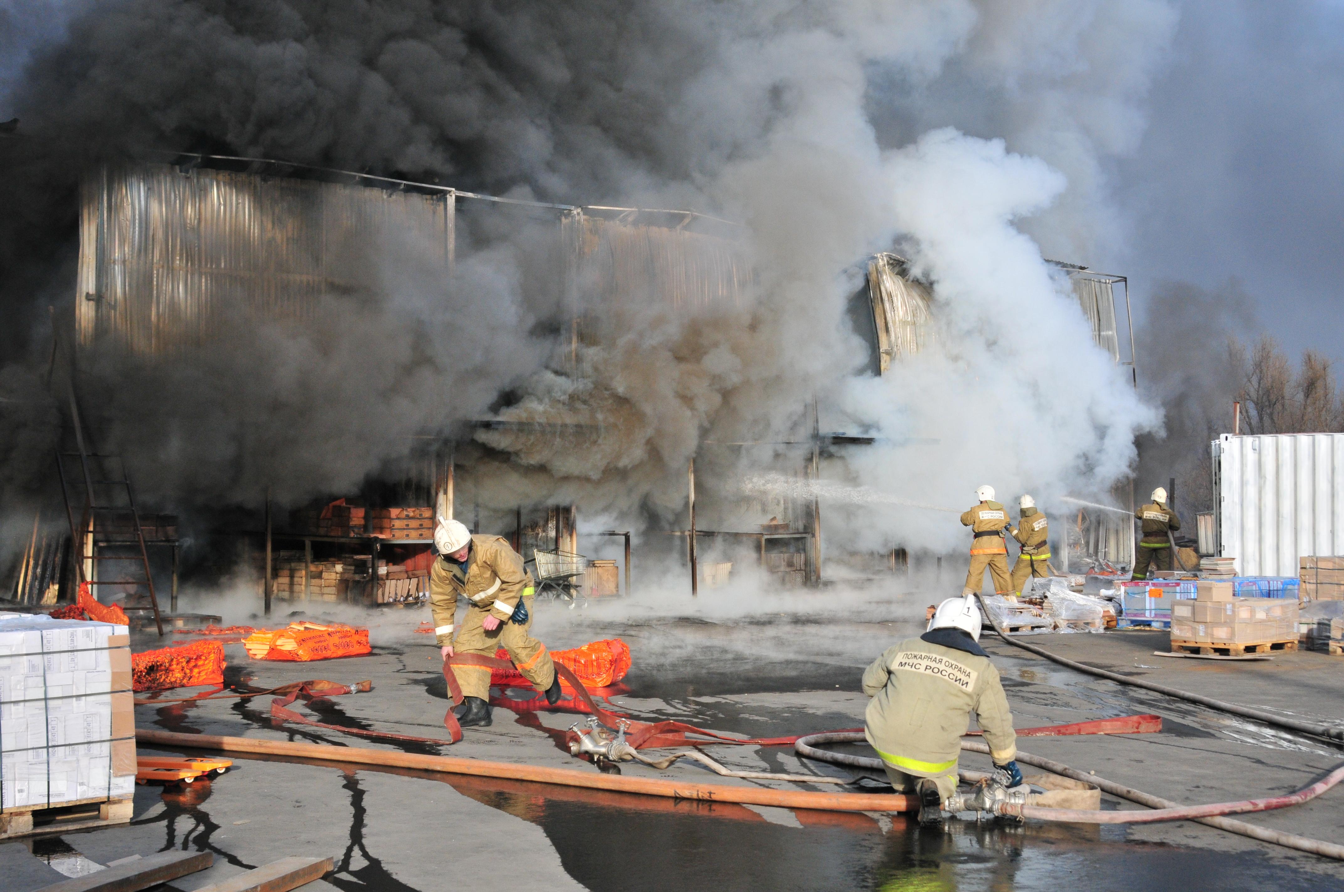 """Тушение пожара на строительном складе  торгового центра """"Апельсин"""""""