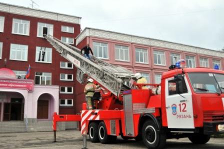 Тренировка по эвакуации учащихся и тушению условного пожара в школе №69 Рязани