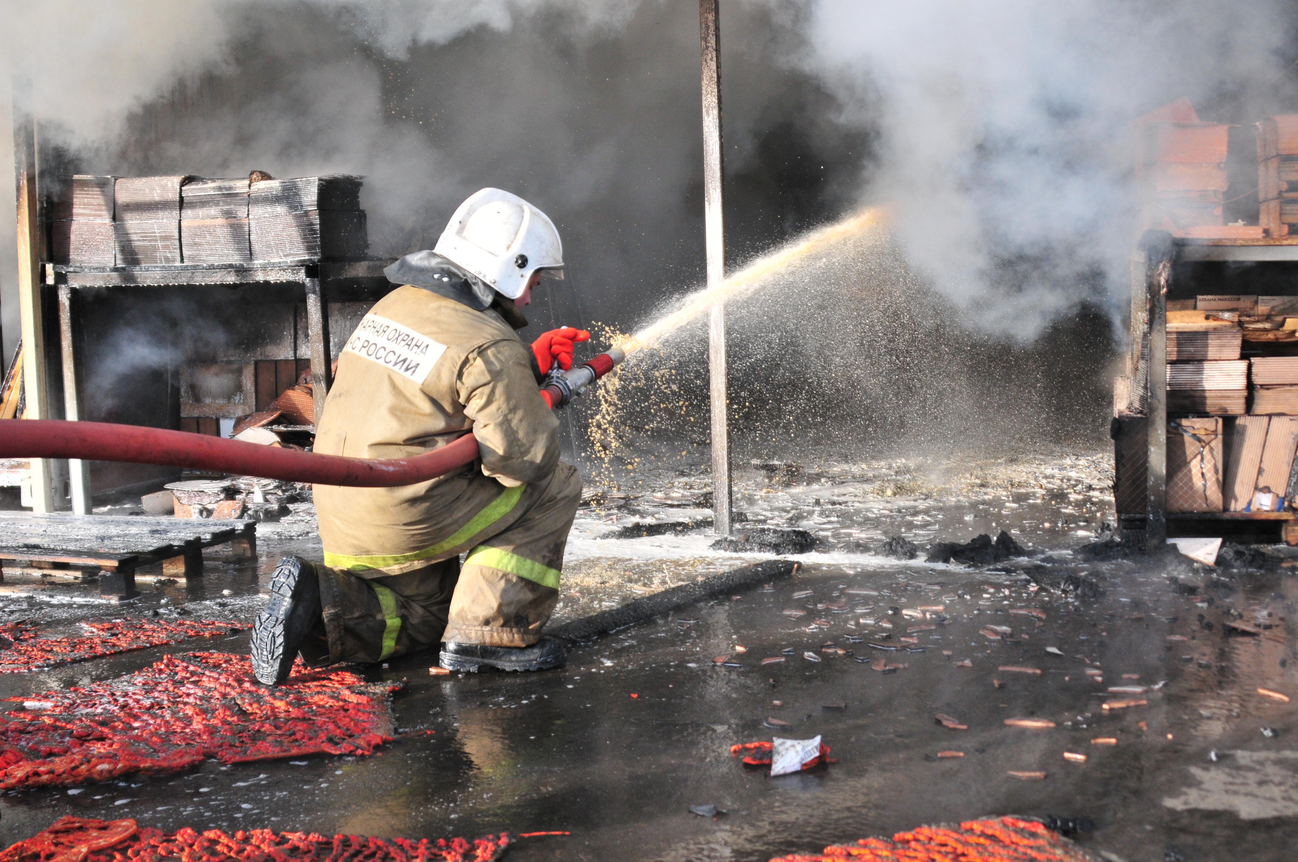 """Тушение пожара на складе торгового центра """"Апельсин"""""""