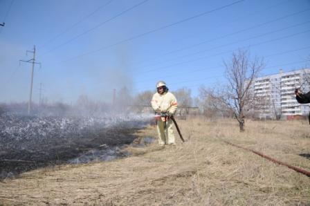 Работа пожарных на тушении сухой травы