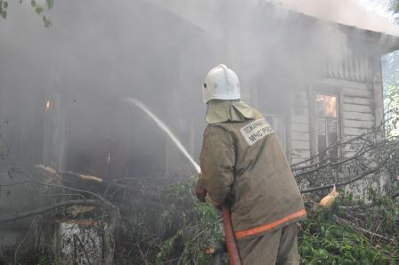 Добровольцы спасли на пожаре человека