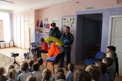 Инспекторы ГИМС напомнили воспитанникам детского сада поселка Муезерский о безопасности на водоемах зимой