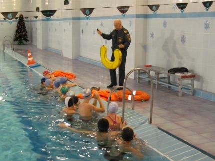 Занятие по безопасности на воде спасатели провели в бассейне