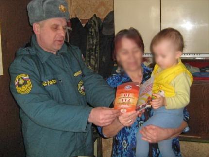 Сотрудники МЧС России проводят профилактические мероприятия в жилом фонде с низкой степенью пожарной устойчивости