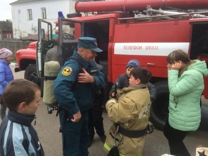 (13.06.2018) Подрастающее поколение в гостях у ельнинских пожарных